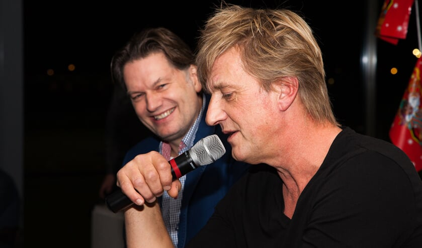 Oud-voetballer Wim Kieft (r) in gesprek met journalist Eddy van der Ley.