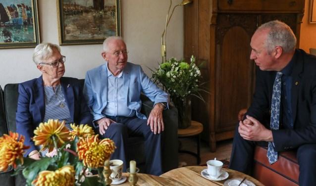 Mevrouw en de heer Dangermond werden verblijd met een bezoek van burgemeester Van Zuijlen ter gelegenheid van hun diamanten huwelijk.