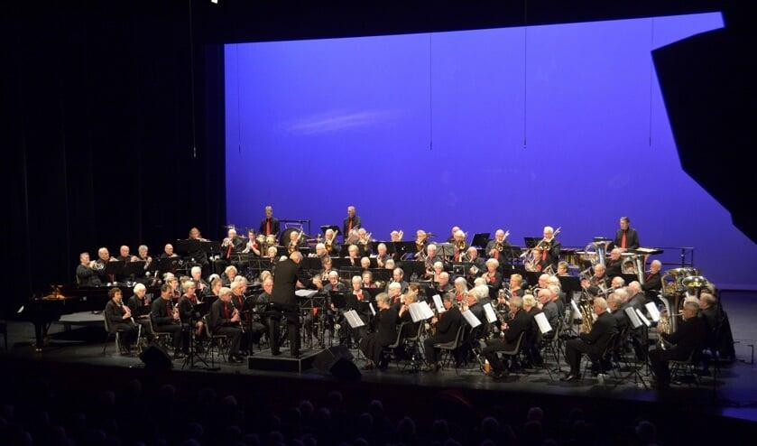 Het Noord-Hollands Ouderenorkest treedt speciaal voor de Waardse senioren op in Cool.