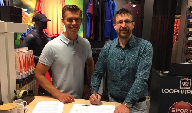 Roy van der Geest (Sport 2000) en Marco van Leersum (VHZ) tekenen de contracten in de Sport 2000 winkel in De Symfonie.