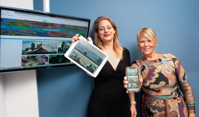 Rosemarijn Dral, wethouder van gemeente Oostzaan en Mardiek Voorneveld, directeur van Bureau Toerisme Laag Holland zetten op 5 september hun handtekening onder de samenwerkingsovereenkomst.