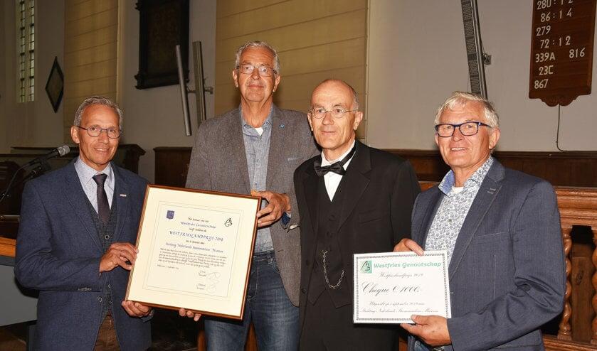 V.l.n.r.: Harry de Bles, Johan Bommerson en Kees Kruyer van het Stoommachinemuseum en Jan Smit (2e.v.r.), voorzitter van het Westfries Genootschap.