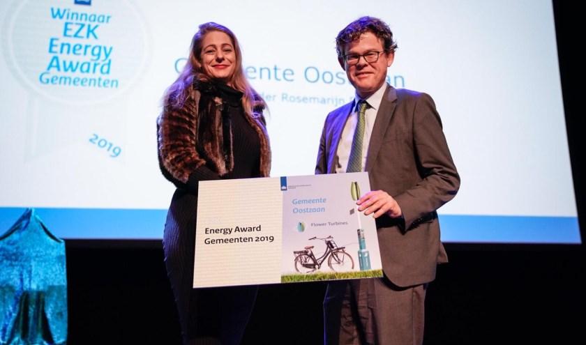 Wethouder Rosemarijn Dral kreeg de eervolle award uitgereikt namens de gemeente Oostzaan.