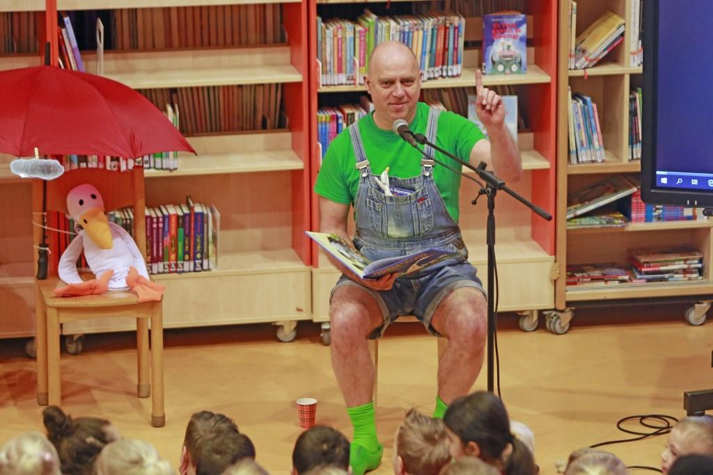 Na het voorlezen heeft Bertje uiteraard nog zijn gitaar ter hand genomen en met de kinderen verschillende liedjes gezongen. (Foto: Theo Annes      06 53328812) © rodi