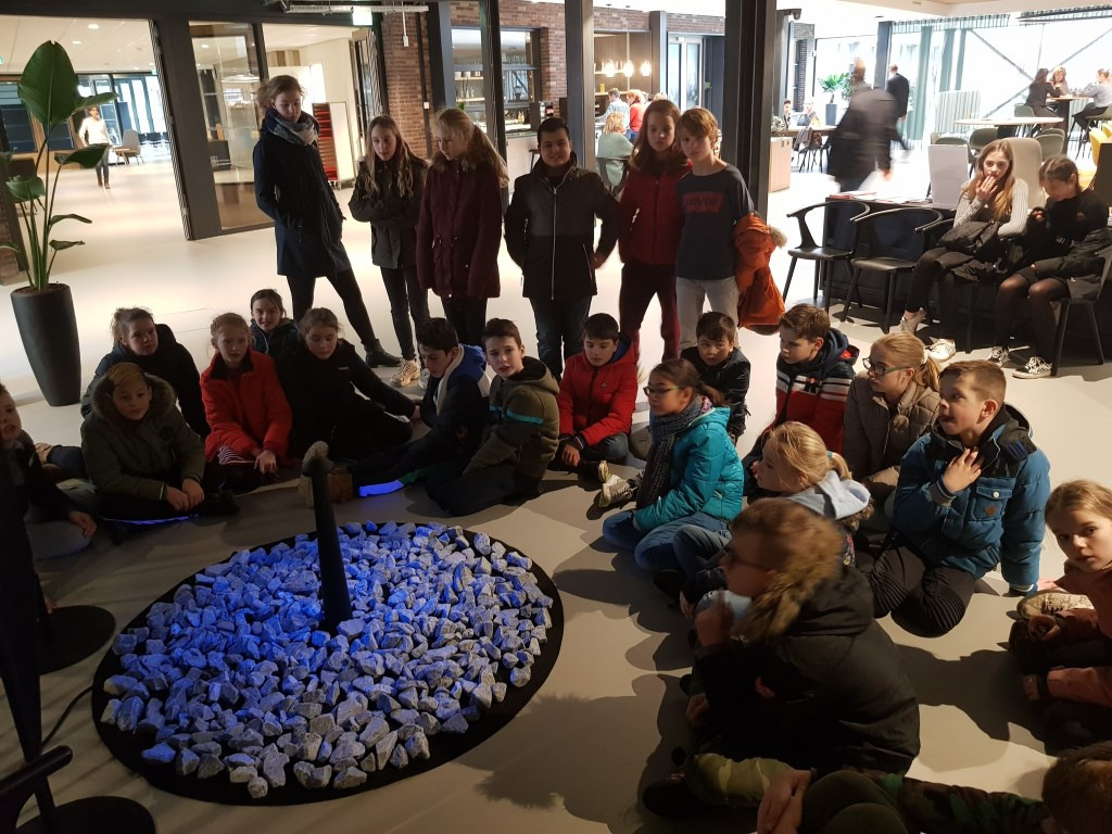 Groep 7/8 van De Phoenix bezocht maandag het monument in De Binding.  © rodi