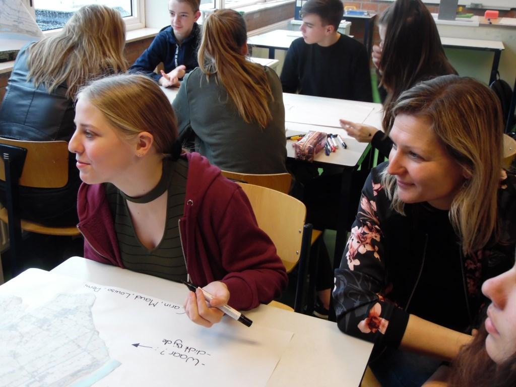 Leerlingen zetten hun mening op papier. (Foto: aangeleverd) © rodi