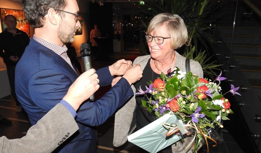 Ans van Tol krijgt de Zilveren Jol uitgereikt door wethouder Bonenkamp.