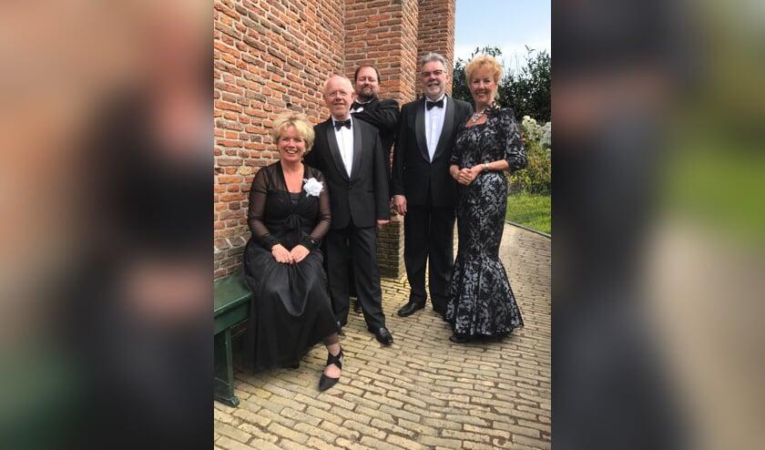 Bella Cantara kwartet, bijgestaan door pianist Hans Weenink.