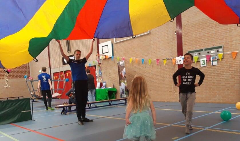Kinderen vermaken zich in Sporthal Waldevaart met spel- en beweegonderdelen.