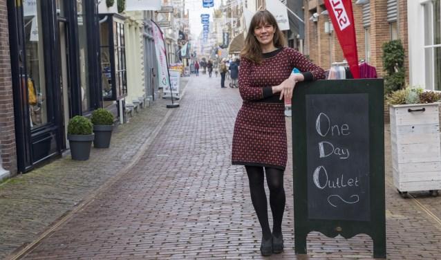 Enkhuizerse Hanneke de Jong is initiatiefneemster van One Day Outlet: Sfeervolle binnenstad, vertrouwde gezichten en bijzondere winkels (Foto: Vincent de Vries) © rodi