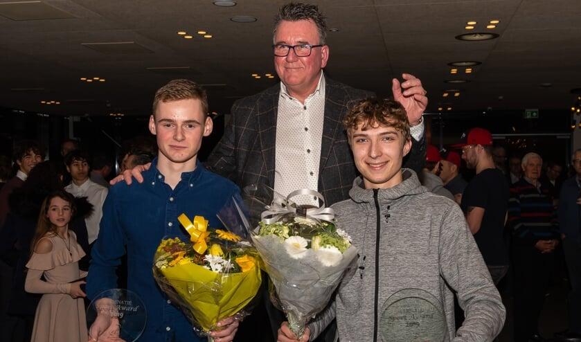 Wethouder Mario Hegger (onder andere van Sport) reikte de prijs uit aan Olivier Tolk (links) en Xander Aué.