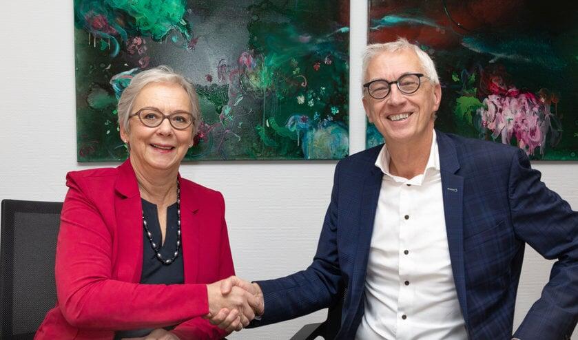 Huug de Deugd en Floor Haak ondertekenen de samenwerkingsovereenkomst.