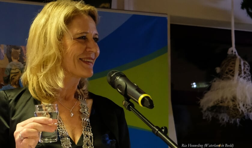 Burgemeester Kroon proost samen met inwoners van Waterland op het nieuwe jaar.