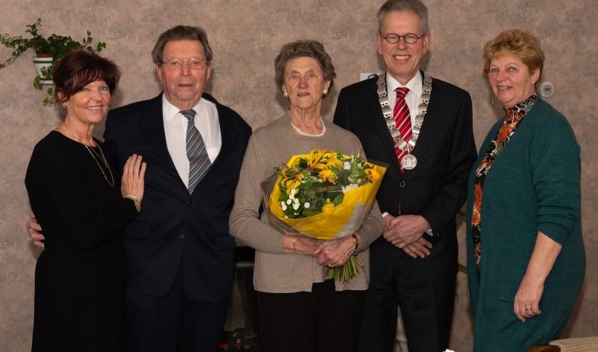 Het echtpaar en burgemeester Bijl geflankeerd door de dochters Brinda (links) en Helma.
