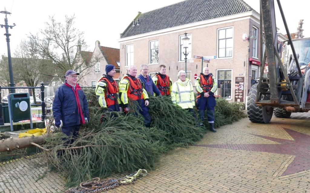 Door Ronday BV, Leguit + Roos en G.C. Verweij Machineverhuur werd de boom ontdaan van alle verlichting en franje. (Foto: aangeleverd)  © rodi