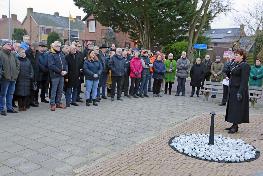 Burgemeester Kompier deed eerst een woordje over de gedachte achter het monument en het belang van herdenken. (Foto: Theo Annes) © rodi