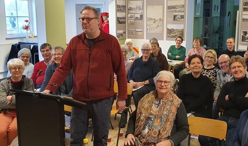 Robert Kragting staat trots voor zijn groep cursisten in Huys Egmont.