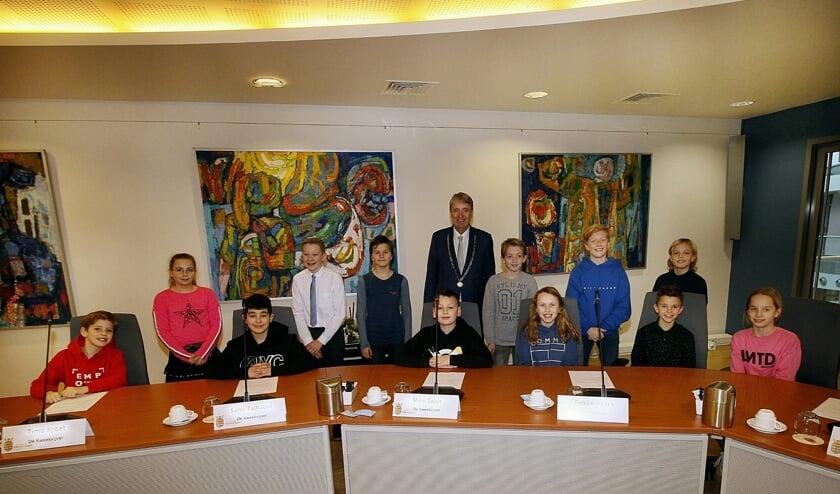 De kindergemeenteraad poseren met burgemeester Meerhof voor onze fotograaf.