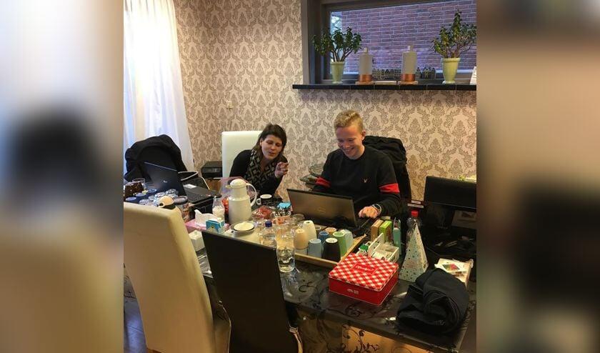 Linda Biersteker en Justin de Weert druk bezig met 'het digitale rommeltje' in Het Boetje van Present.