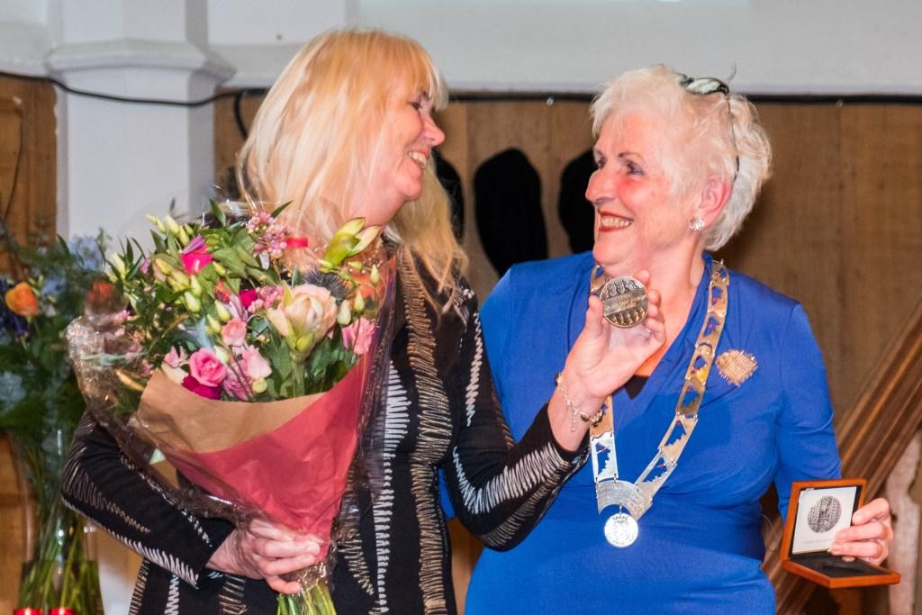 Sies van Hoorn-Vrasdonk kreeg uit handen van burgemeester Hafkamp de Muzepenning. (Foto: HANS BROUWERS) © rodi