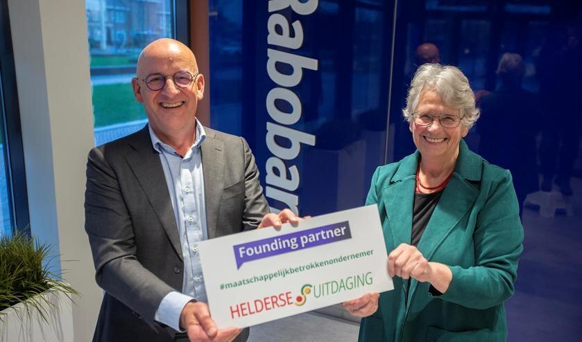 Bestuurslid Greet-Kolhorn Blijleven wilde maar al te graag op de foto met directievoorzitter Harry Nieuwenhuizen.