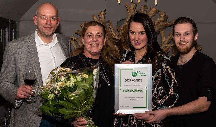 Winnares Suzan Bijman (tweede van links), juryvoorzitter Thierry van der Weide (links) en twee medewerkers van De Heeren.