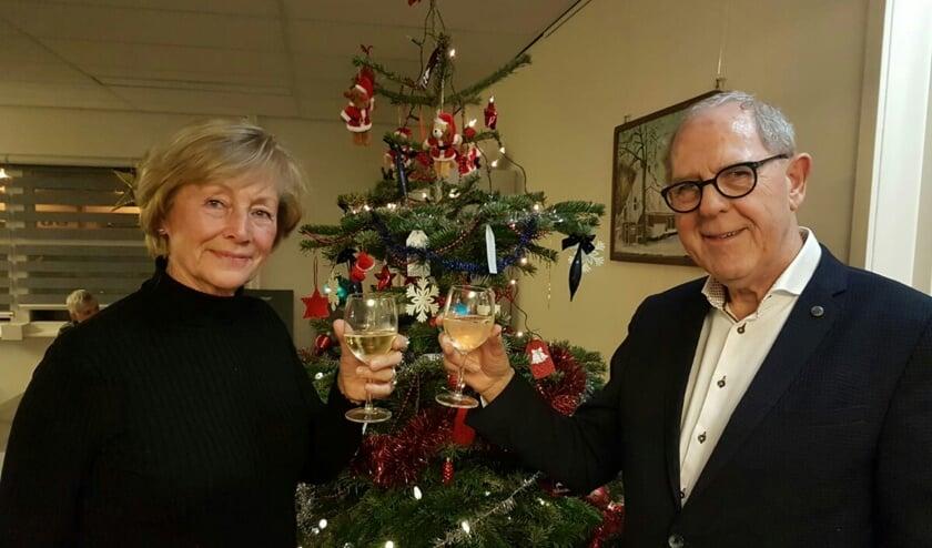 Marry Zwaan (voormalig voorzitter afdeling Uitgeest) en Mees Hartvelt (voorzitter afdeling IJmond) heffen het glas op de samenwerking.