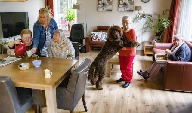 De bewoners van de Enk genieten volop van de aanwezigheid van Pepper. V.l.n.r. Ria, begeleider Erika, Sylvia, Pepper, Alie en Reina.