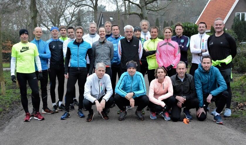 Groepsfoto van de hardlopers van Sportclub Chronos en AV Nova die trainen voor de Groet uit Schoorl Run.