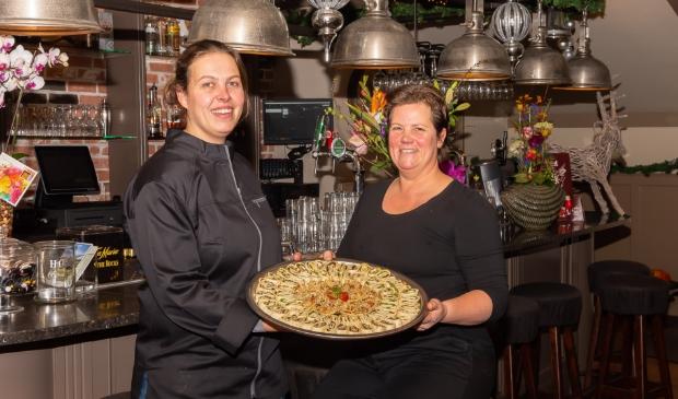 Karin (links) en Martine hebben het naar hun zin in Kavel II Eten & Drinken.