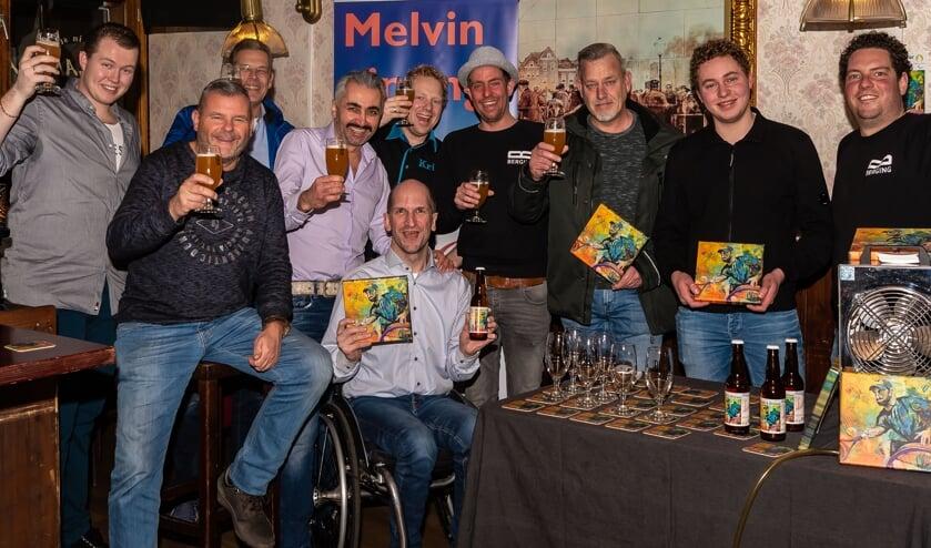 Melvin Smid en vrienden brengen een gezamenlijke toost uit op Melvin's Dream. Berging was vertegenwoordigd door Sjors Last (vierde van rechts) en Michiel Groen (rechts). Kunstenaar Marc staat derde van rechts.
