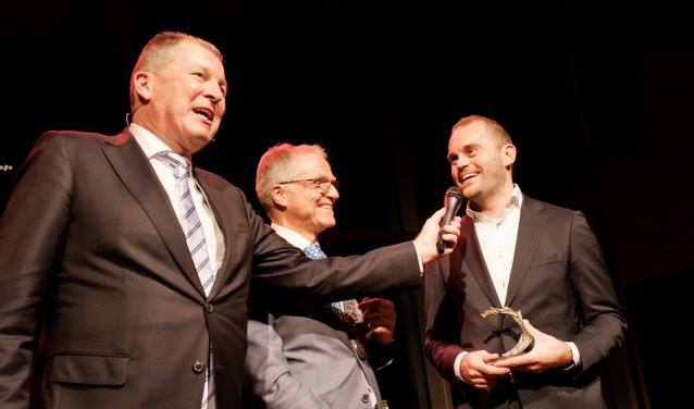 AZ marketing manager Frank Jonker neemt de Bronzen Waaier in ontvangst