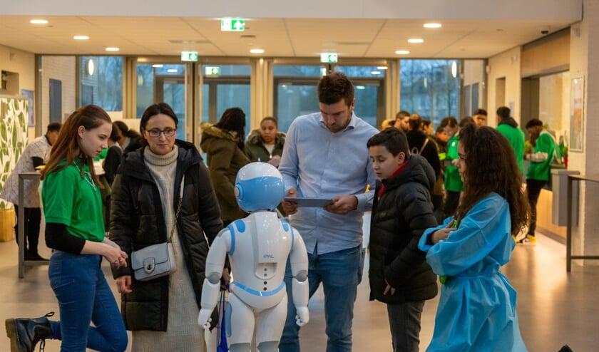 Robot Matts haalt de bezoekers gastvrij binnen.