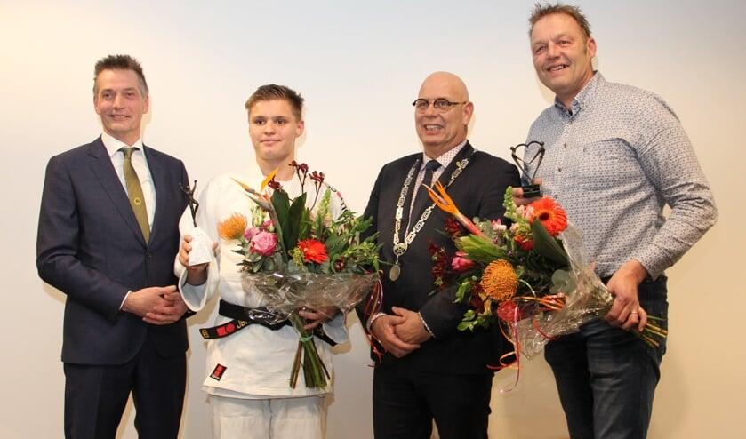 Wethouder Bijman, sporter van het jaar Dave Kok, burgemeester Franx en vrijwilliger van het jaar Hans Blaauw.