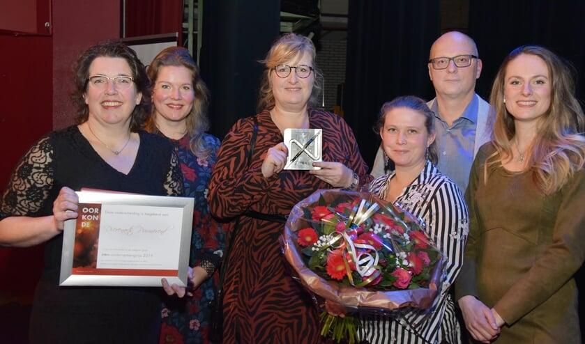 De dames van Dierenartsenpraktijk Purmerend en Marije Sliphorst (tweede van links) en Marco Dekker van de PRO.