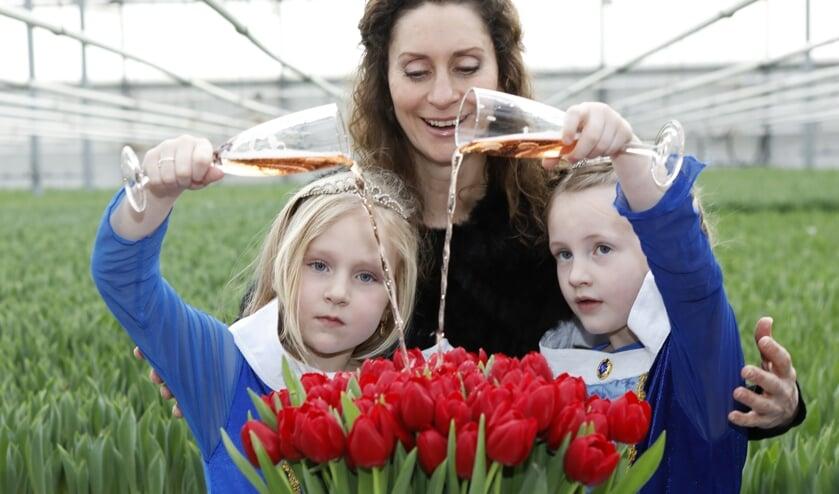 Wenskinderen Femke (l) en Zoé (r) met Pia Douwes, ambassadeur Make-A-Wish Nederland.