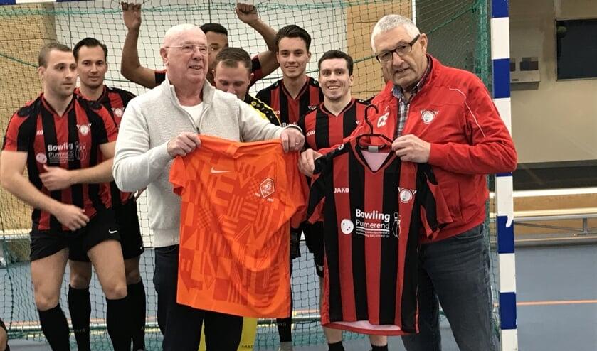 Gerrit Aafjes namens de KNVB (links) en Cor Ernest van Sandow wisselen shirtjes uit.