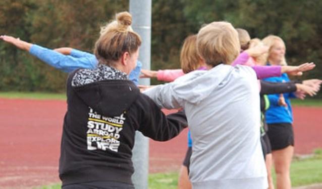Sportieve deelnemers bewegen tijdens een wandelbootcamp-cursus.