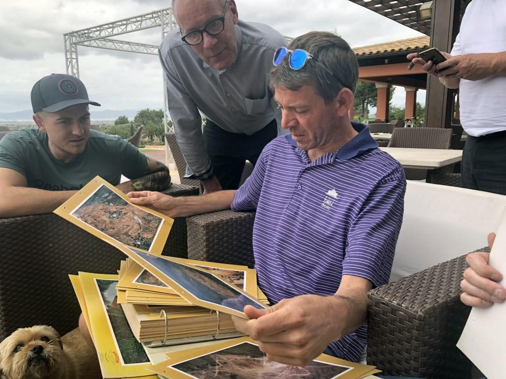 Andreas Pamer toont vol trots de plakboeken met de historie van Son Gual. (Foto: Eric Korver) © rodi