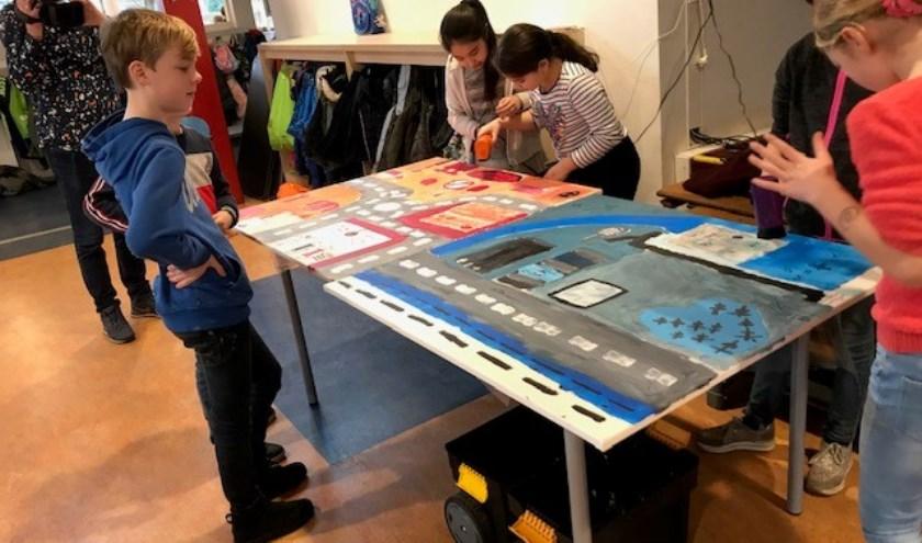 Leerlingen van klas 7A van de Anne Frank School schilderen de toekomst van Heemskerk.