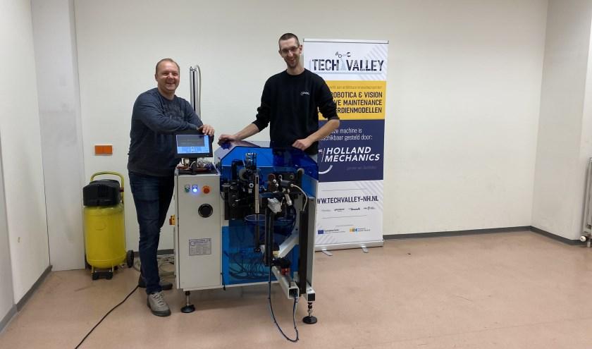 Een vlechtmachine die gebruikt wordt om fietswielen te maken.