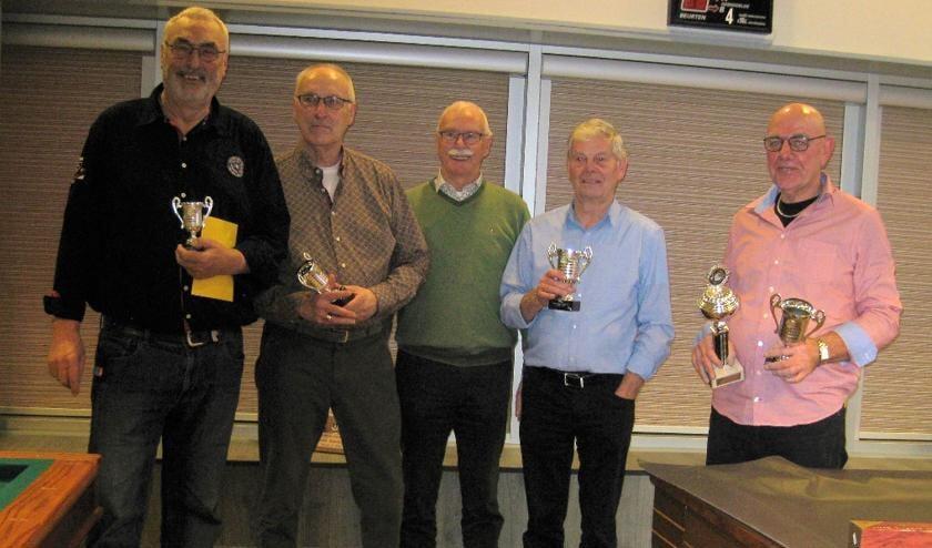 Vlnr: Jan vd Wiele 4e, Bep Knopper 3e, Henk Konijn 2e en Ton de Boer 1e. Hij ontving tevens de wisselbeker. In het midden: Henk Pirovano, voorzitter.