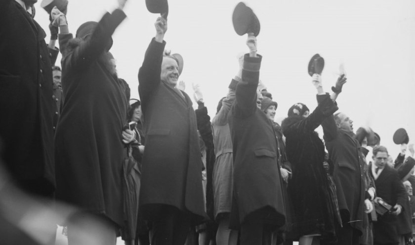 Juichende toeschouwers tijdens de beëdiging van jonge officieren te Den Helder, 1930.