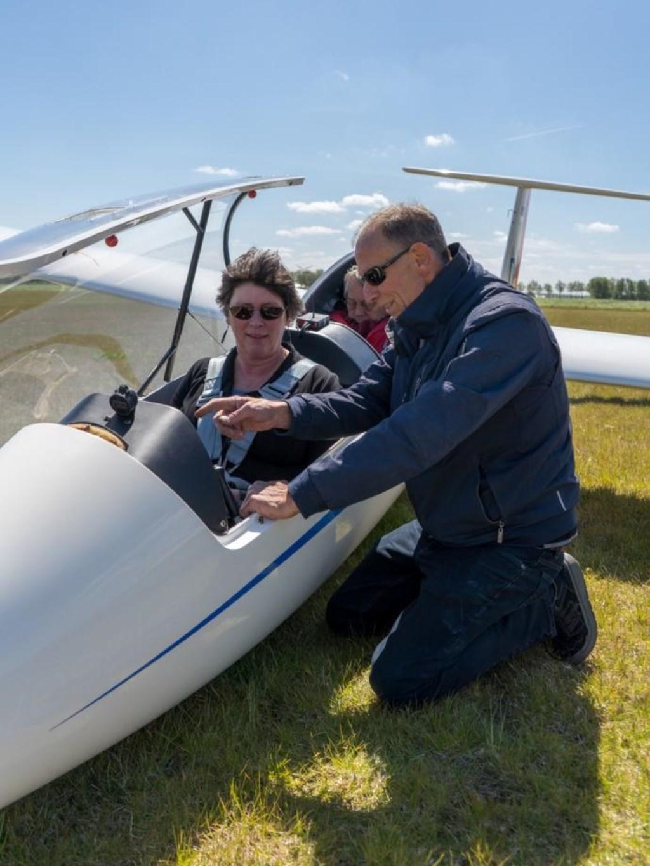 Burgemeester Rian van Dam krijgt uitleg over zweefvliegen bij de opening van de nieuwe hangar van het zweefvliegveld in Slootdorp. (Foto: aangeleverd) © rodi