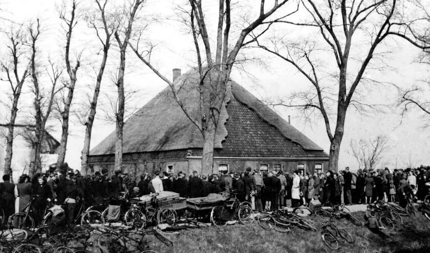 (Niestadt Beeldbank/Zijper Museum): In de 'hongerwinter' kwamen velen uit de Randstad eten halen in noordelijk Noord-Holland.De boerderij was ten tijde van de oorlog in het bezit van Fam. J.J. Groot, en nu nog steeds in het bezit van zijn nazaten.
