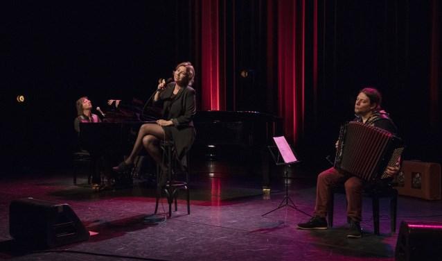 Maurits Fondse, Britta Maria en Oleg Fateev zingen en spelen de mooiste Nederlandse liedjes.