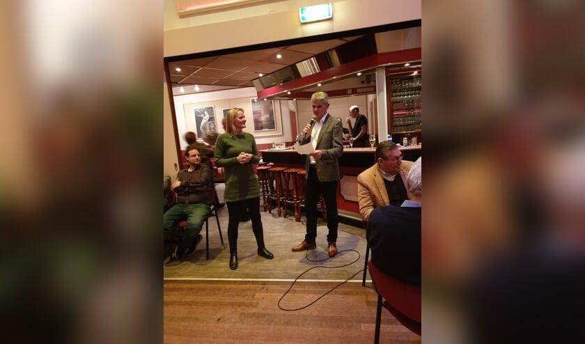 Petra Hendriks-Verburgt wordt toegesproken door voorzitter Peter Knook.