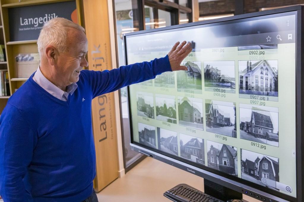 Iedere woensdagochtend is Piet van Kleef in de bibliotheek voor de foto expositie Uw Wijk te Kijk. (Foto: VINCENTDEVRIESFOTO.NL-VINCENT DE VRIES) © rodi