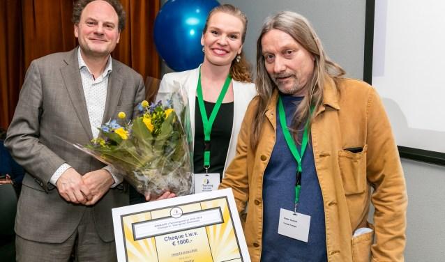 Leah Veldman en Peter Vennik (r), met Freddy Weima van Nuffic.