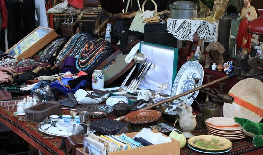Allerlei snuisterijen zijn tijdens de vlooienmarkt in de Dars te koop voor een schappelijk prijsje.